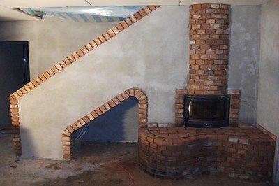 Kaminverkleidung mit alten mauerziegeln im rohbau ohne verfugung